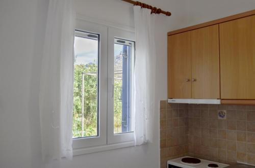 3 window kitchen